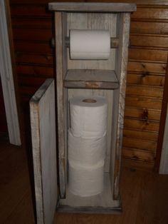 Sostenedor de papel higiénico perfectamente prim. Antigüedad se muestra en blanco y envejecido a la perfección. Gran adición a cualquier cuarto de baño de casa de campo/rústico. Interior contiene 3 rollos de papel. Las dimensiones son 24 x 8 de ancho alto