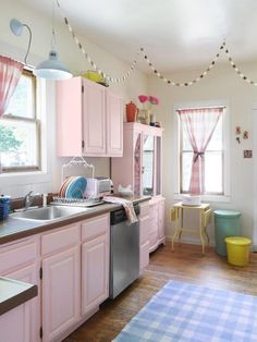 HGTV: This ice cream shop kitchen design features a Neapolitan color scheme including pink cabinets and hanging paper garland. Cocina Shabby Chic, Estilo Shabby Chic, Shabby Chic Kitchen, Home Decor Kitchen, Kitchen And Bath, Vintage Kitchen, Home Kitchens, Kitchen Design, Pink Kitchens