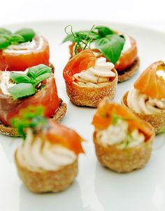 Apetit-reseptit - Graavikalatartaletit ovat sormin syötäviä. #vieraillejajuhlaan #koukussakalaan