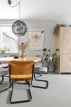 Gezellige eethoek voor het ontwerp in Klarenbeek Doors, Interior Design, Furniture, Home Decor, Nest Design, Decoration Home, Home Interior Design, Room Decor, Interior Designing