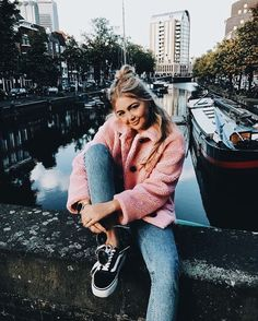 Cute cozy pink jacket with blue jeans. Book 15 Anos, Mode Ootd, Outfit Invierno, Inspiration Mode, Winter Looks, Style Guides, Passion For Fashion, Autumn Winter Fashion, Models