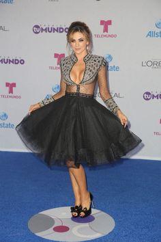 Aracely lució un vestido de falda ancha y camisa en transparencias que puso en…