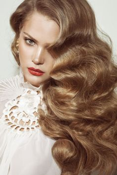 Old Hollywood Style big hair! I absolutely love big hair. Frizz Free Hair, 1920s Hair, Dark Blonde Hair, Blonde Curls, Big Hair Curls, Big Wavy Hair, Gold Blonde, Brown Blonde, Blonde Color