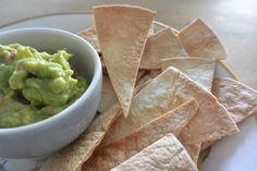 Simpele zelfgemaakte tortilla chips die worden gemaakt van wraps. Deze tortilla chips worden gezond krokant gebakken in de oven.