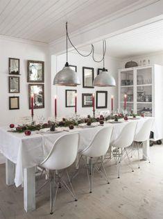 Bordet är dekorerat med granris, kottar och äpplen. Lamporna är omgjorda grislampor. Vitrinskåpet på hjul är tillverkat av Annas morfar. Stolarna är Eames-kopior från Shell furniturebox.