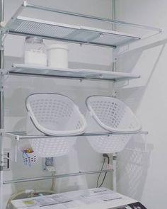 こちらはシルバー×ホワイトの組み合わせですっきりした美しさが好印象です。洗濯カゴも同じものを複数置いているので、統一感があります。