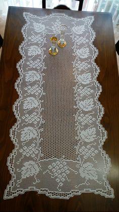 This Pin was discovered by HUZ Crochet Table Runner Pattern, Crochet Doily Patterns, Crochet Tablecloth, Thread Crochet, Crochet Doilies, Crochet Lace, Crochet Stitches, Filet Crochet Charts, Fillet Crochet