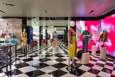 Prada's response to today's fast-changing fashion is surprisingly ancient - News - Frameweb Visual Merchandising, Jewelry Store Design, Building Systems, Branding, Commercial Lighting, Retail Interior, Smart Design, Design Furniture, At Home Store