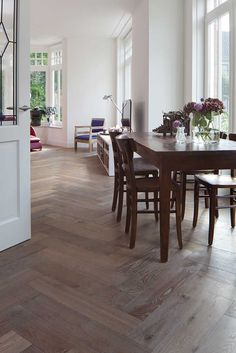Chapel Parket is happy to deliver professionally patterned hardwood floor boards to your liking: herringbone floors in several widths (from very narrow to extra wide) and colours. So you will brings nature's warmth to your living space.