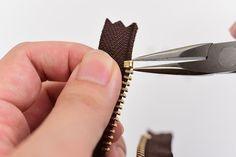 ファスナーの長さを短く調整する方法 | レザークラフト入門講座 Sewing Hacks, Sewing Crafts, Sewing Diy, Sewing Alterations, Sewing Techniques, Couture, Leather Working, Leather Craft, Needlework