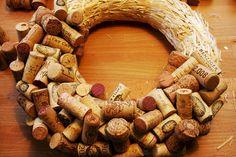 Holiday DIY: Cork Wreath — stuff that bugs me Wine Craft, Wine Cork Crafts, Wine Bottle Crafts, Wine Cork Wreath, Wine Cork Art, Diy Christmas Decorations, Wine Cork Projects, Wine Bottle Corks, Deco Originale