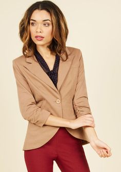 No need to roll up your sleeves before the big meeting - this one-button blazer boasts ruched 3/4-length sleeves for a look that means chic and functional business. Accentuated by slanted side pockets, a curved hem, and silky lining, this camel-brown jacket suits all your stylish needs!