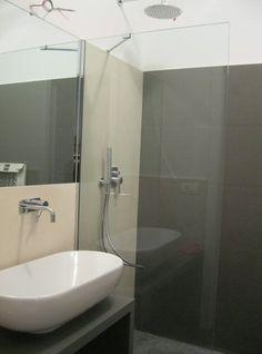 Dividere un vano doccia con un singolo cristallo