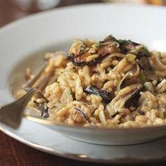 Recept voor populaire risotto met champignons, bos paddestoelen of porcini, knoflook en rozemarijn