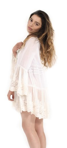 Mini abito in mussola di cotone con balza in tulle ricamato, inserti in crochet e balze ricamate con cristalli