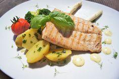 Gegrilltes Lachsforellenfilet mit Petersilienkartoffeln und Kräuter-Weißweinsauce Tuna, Cantaloupe, Fish, Meat, Fruit, Brown Trout, Salmon, Easy Meals, Recipies