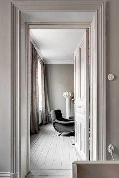 Perfektion i gråskala Interior Architecture, Interior And Exterior, Door Frame Molding, Classy Living Room, Scandinavian Home, Contemporary Interior, Colorful Interiors, White Interiors, Decoration