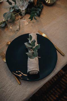 Easter Table Settings, Christmas Table Settings, Holiday Tables, Christmas Table Decorations, Decoration Table, Dinner Party Table, Dinner Plates, Deco Table Noel, Winter Table