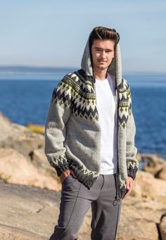 Kul hettejakke med glidelås - til gutter og menn - av Tusen Ideer Sweater Cardigan, Men Sweater, Icelandic Sweaters, Sneaks Up, Pullover, Knitting Designs, Knitwear, Knit Crochet, Fair Isle Pattern