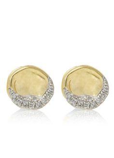 Prachtige met 18 karaat goud vergulde oorstekers van Monica Vinader. Dit model is voorzichtig in model gehamerd voor een aparte afwerking en ingelegd met kleine diamantjes. De diamanten zijn 0,06 karaat. De achterkant van de oorbellen zijn verrijkt met een ingestanst merklogo van Monica vinader.