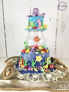 Tutoriel pour réaliser un formidable gâteau Nemo ! Toutes les étapes pour réaliser facilement de magnifiques modelages en pâte à sucre de Nemo et ses amis. Ocean Cakes, Beach Cakes, Torte Nemo, Cake Topper Tutorial, Cake Toppers, Dory Cake, Finding Nemo Cake, Decors Pate A Sucre, Bubble Cake