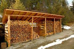 Los cobertizos de madera necesitan sólo un piso y un techo para mantener la leña fuera de las inclemencias del clima y almacenada convenientemente para su uso en campamentos o en ...