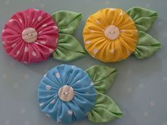 Okay, I think I may have died and gone to yo-yo heaven. These flower ornaments are my absolute favorite of all the jumbo yo-yo's that I've d. cute yo yo flowers - Polka Dot Pineapple: Inspiration only Polka Dot Pineapple: So Sweet It Makes My Teeth Hurt! Handmade Flowers, Diy Flowers, Fabric Flowers, Flower Quilts, Button Flowers, Quilting Projects, Sewing Projects, Fabric Crafts, Sewing Crafts