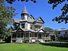Victorian Style Homes Victorian Architecture, Beautiful Architecture, Beautiful Buildings, Beautiful Homes, Classical Architecture, Victorian Style Homes, Victorian Houses, Victorian Interiors, Second Empire