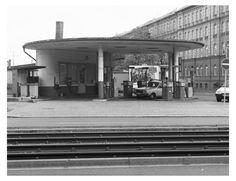 Tankstelle in Halle:  Eine kleine Zapfanlage an der Leninallee, aufgenommen 1991