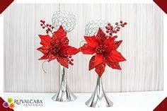 ¡Hermosos #candelabros plateados decorados con flores #nochebuena, un estilo clásico en #Navidad! #christmas #Red #Flowers