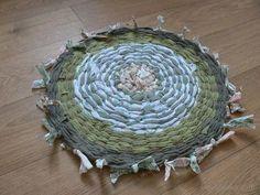Gotowy dywanik tkany na kole hula-hop. DIY