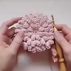 Veja Como Aprender Fazer um Tapete de Crochê Passo a Passo! Crochet Basket Pattern, Crochet Flower Patterns, Crochet Stitches Patterns, Crochet Motif, Diy Crochet, Crochet Designs, Crochet Crafts, Crochet Doilies, Crochet Flowers