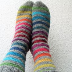 Rainbow – a free pattern for stripey knit socks by Michaela Richter. Instructions available in English and in German. Crochet Beanie Hat, Knitted Headband, Knit Crochet, Knitting Socks, Baby Knitting, Knit Socks, Knitting Projects, Knitting Patterns, Rainbow Socks