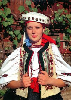 Places that you haven't ever seen, or that you'd like to see them again. World comes to your home, beautiful and surprising. Folk Costume, Costumes, Folk Clothing, People Around The World, Headpiece, Captain Hat, Traditional Weddings, Moldova, Culture