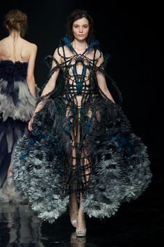Promising young talent Yiqing Yin has just shown her debut collection at Haute couture Fashion Week in Paris. Haute Couture Style, Couture Mode, Haute Couture Dresses, Couture Fashion, Runway Fashion, Paris Fashion, Unique Fashion, Fashion Art, High Fashion