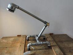 Lampe réalisée à partir de tuyaux de plomberie (galva). Equipée d'une ampoule led blanche, et de son interrupteur filaire.