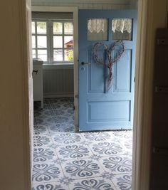 Cement tiles, hall floor / Sementtilaatta eteisen lattiassa malli: Ranskalainen http://www.domusclassica.com/tuote/sementtilaatta-kuvioitu-ranskalainen/617-010-2/