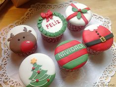 Cupcakes Take The Cake Mini Christmas Cakes, Christmas Cupcake Toppers, Christmas Cupcakes Decoration, Christmas Cake Designs, Holiday Cupcakes, Christmas Sweets, Christmas Minis, Christmas Baking, Fondant Cupcakes