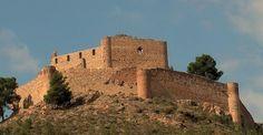 """Castillo de Jalance (Valencia). Es una fortaleza de origen musulmán construida en el Siglo XI con posteriores reformas cristianas que se sitúa en un cerro sobre el municipio deJalance, en elValle de Ayora-Cofrentes. El castillo, que fue erigido sobre los restos de la antiquísima fortaleza íbera, llegó a ser calificado en el siglo XV por elMarqués de Santillana como """"inexpugnable fortaleza""""."""