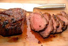 Sådan en intervalstegt culotte på grillen bliver mør som smør, og er noget af det allerbedste stykke kød. Her lavet med rosmarin og hvidløg.  Intervalstegt culotte bliver en saftig oksesteg med masser af kraft og smag.  Jeg I Grill, Steak, Recipies, Beef, Camping, Products, Cook, Pineapple Juice, Food And Drinks