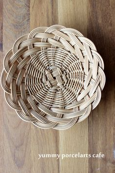 1 Million Stunning Free Images Flax Weaving, Bamboo Weaving, Willow Weaving, Paper Weaving, Basket Weaving, Bamboo Art, Bamboo Crafts, Newspaper Basket, Newspaper Crafts