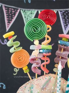 Tolle Deko - Gummitierspieße im Piñata Kuchen Great decoration - rubber skewers in piñata cake Bolo Pinata, Diy Birthday, Birthday Parties, Summer Birthday, Cake Birthday, Bolo Lego, Birthday Cake With Candles, Pecan Cake, Birthday Cake Decorating