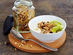 Rapea granola muistuttaa mysliä ja maistuu vaikkapa jogurtin ja marjojen kanssa aamiaisella tai välipalana.