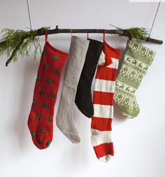 Christmas Stocking Hanging Ideas (that don't require a fireplace) Alternatives for hanging stockings when you don't have a fireplace. Love these ideas!Alternatives for hanging stockings when you don't have a fireplace. Love these ideas! Merry Little Christmas, Country Christmas, Simple Christmas, Winter Christmas, Modern Christmas, Nordic Christmas, Primitive Christmas, Indoor Christmas Decorations, Christmas Crafts
