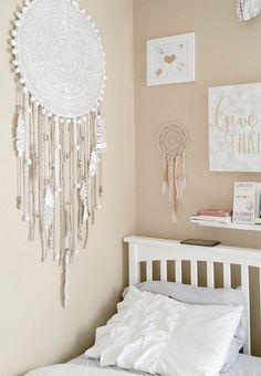 deco dentelle blanche, comment faire un attrape reve, customisé de ficelles, plumes et perles, des cadres décoratifs, lit blanc