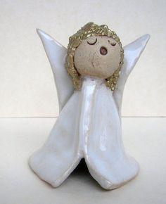 Der kleine Engel ist aus Steinzeugton gefertigt. Es trägt ein weißglasiertes Kleid. Auch die Flügel sind weiß glasiert. Die Haare des Engelchens haben einen Goldüberzug erhalten.  Jedes Engelchen...