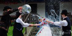 ハンガリー首都ブダペスト(Budapest)から約100キロ南方に位置するカロチャ(Kalocsa)で、少年たちから水を浴びせられる少女(2014年4月17日撮影)。(c)AFP/ATTILA KISBENEDEK ▼19Apr2014AFP 水を浴びせられる少女たち、復活祭の伝統 ハンガリー http://www.afpbb.com/articles/-/3012922  #Kalocsa #Matyo #Easter #Husvet #Pascua #Paques #Ostern #Pasqua #Pasen #Paskalya #Pasko_ng_Pagkabuhay #Wielkanoc