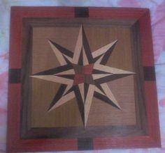 Peça de marchetaria geométrica (Tarsia geométrica). <br>Dimensões: 39 cm x 39 cm. <br>Acabamento: seladora