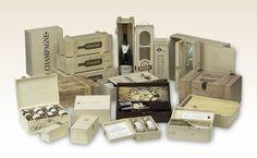 Individuelle Holzkisten und Weinkisten für Ihre kulinarischen Köstlichkeiten, Edelbrände, Weine und Spirituosen. Die Holzkisten oder Holzschachteln betrachten wir als Bühnen für die gekonnte Inszenierung Ihrer Geschenkideen. Champagne, Staging, Wooden Crates, Wrapping Gifts, Packaging