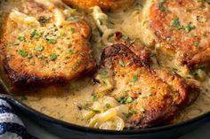 Best Smothered Pork Chop Recipe - How to Make Smothered Pork Chops - Güveç yemekleri - Las recetas más prácticas y fáciles Easy Skillet Dinner, Easy Skillet Meals, Easy Meals, Skillet Recipes, Pork Loin Chops, Boneless Pork Chops, Lamb Chops, Smothered Pork Chops Recipe, Smothered Porkchops